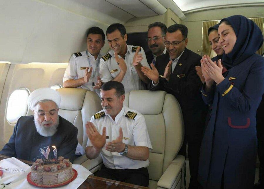 جدیدترین تصاویر جشن تولد رئیس جمهوری در هواپیما ، واکنش مهمانداران و اعضای دولت همراه روحانی ، عکس و متن رئیس جمهور از تولد هوایی اش