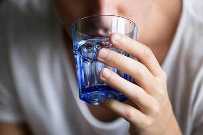 آیا غرغره آب نمک تاثیری بر کاهش علایم کووید 19 دارد؟